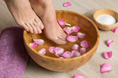 Banho com flores para reduzir joanetes nos pés
