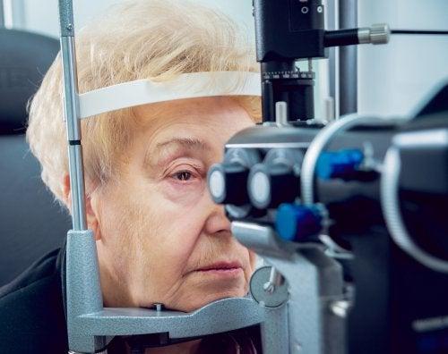 Mulher controlando o olho direito