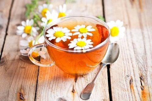 Chá de camomila para eliminar olheiras