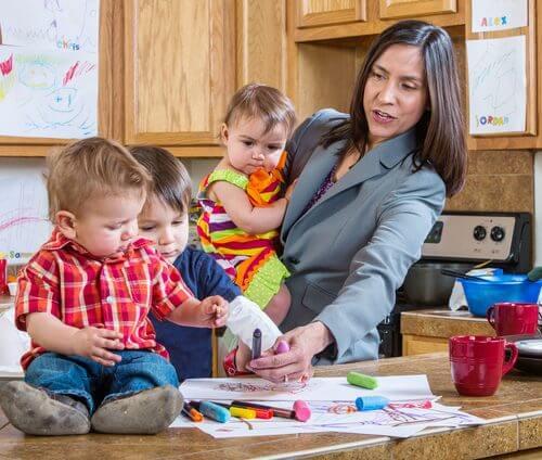 Uma mãe ocupada com filhos