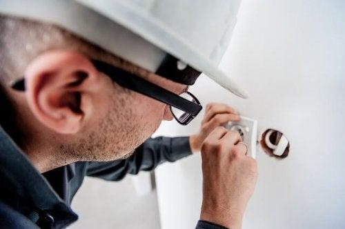 Contrate um bom eletricista para gastar menos eletricidade