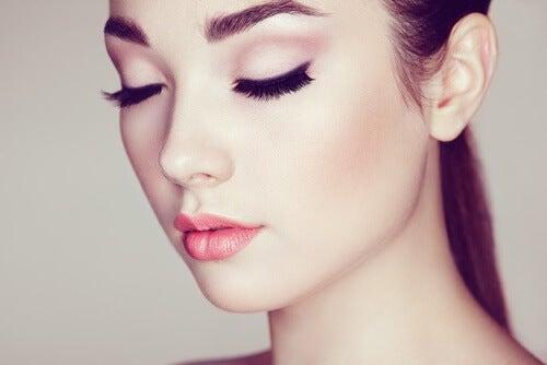 Mulher com rosto maquiado