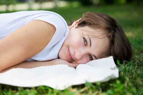 Mulher relaxando e sentindo motivação e alegria