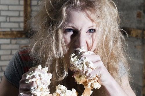 Mulher comendo demais por problemas com emoções