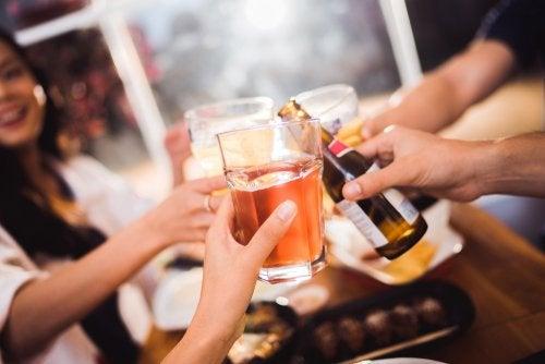 Pessoas consumindo álcool