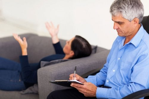 Psicólogo avaliando paciente com síndrome de Capgras
