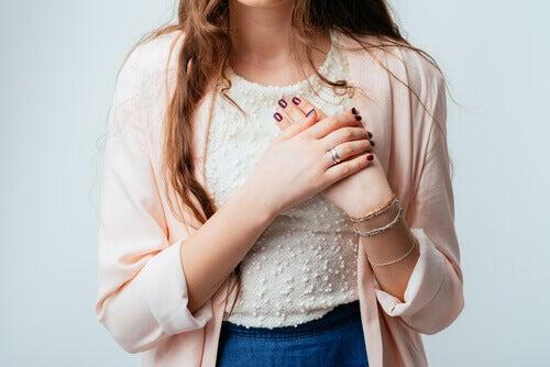 Mulher com taquicardia por causa do omeprazol