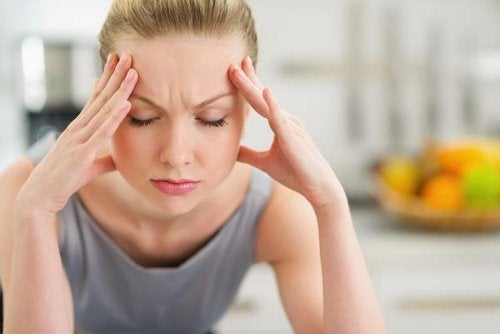 Mulher preocupada porque seu cabelo cai