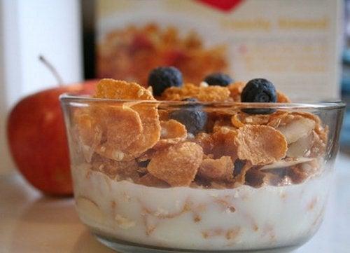 Iogurte, frutas e fibras ajudam a evitar estar com fome a toda hora