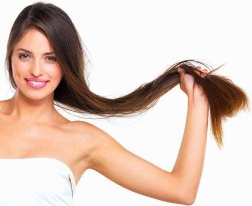 Mulher com cabelos longos e saudáveis