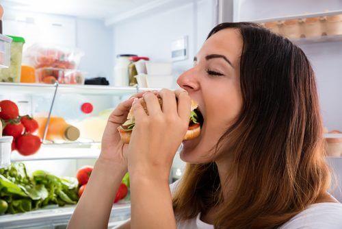 Combinar uma má alimentação com álcool aumenta o peso