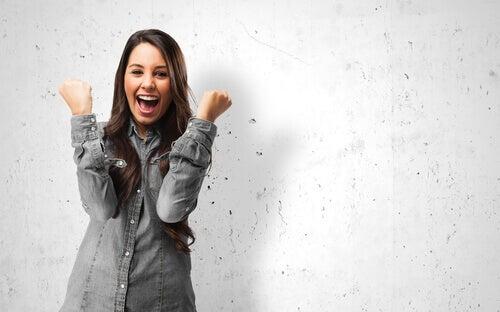 Moça sentindo motivação e alegria