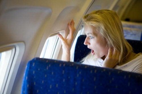 Mulher superando sua fobia de voar