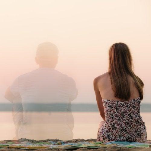 Mulher sozinha com o fantasma do seu parceiro