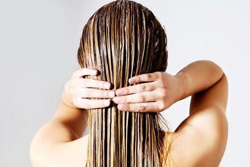 Uma mãe ocupada lavando o cabelo