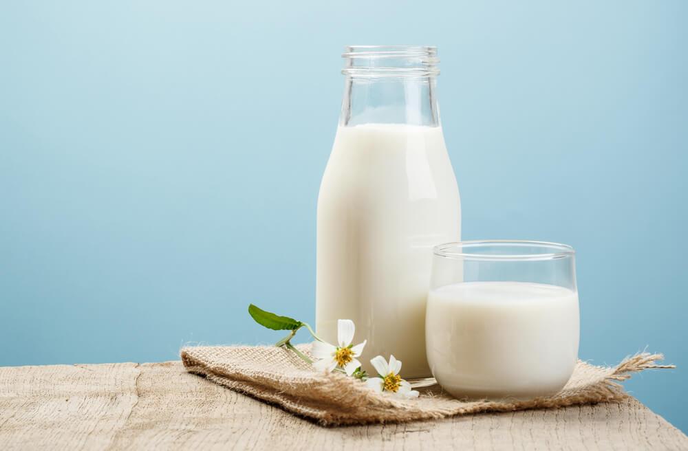 Jarra e copo de leite com flores