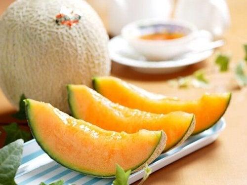 Batida gelada de melão é uma sobremesa nutritiva fácil de preparar.