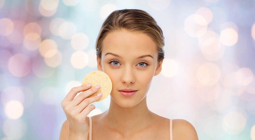 Mulher notando mudanças na pele