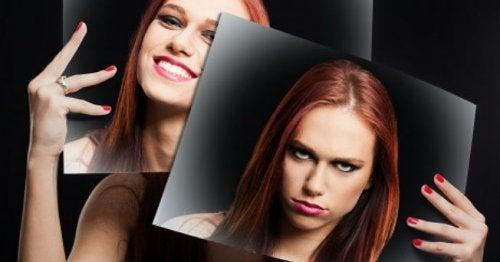 Mulher escondendo suas emoções com cartazes