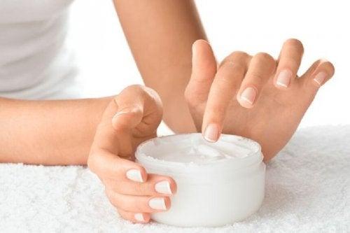 A falta da aplicação de cremes hidratantes pode ser uma das razões das unhas frágeis
