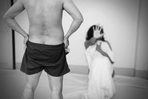 Mulher vítima de abuso sexual e violação