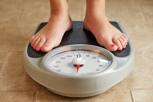 Pessoa se pesando depois da dieta Dunkan