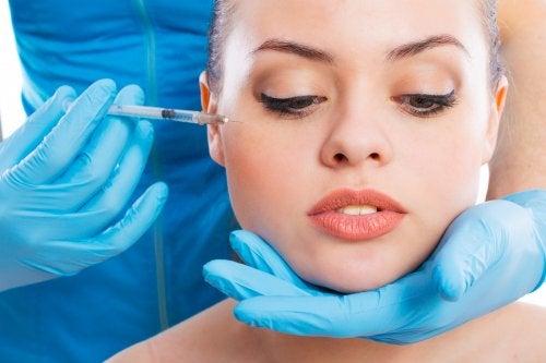 Mulher aplicando toxina botulínica