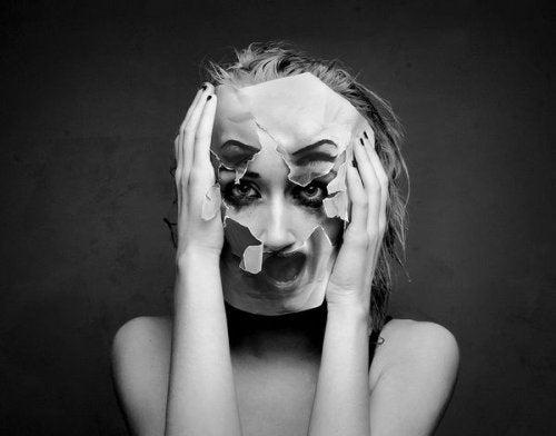 Mulher com rosto desfigurado