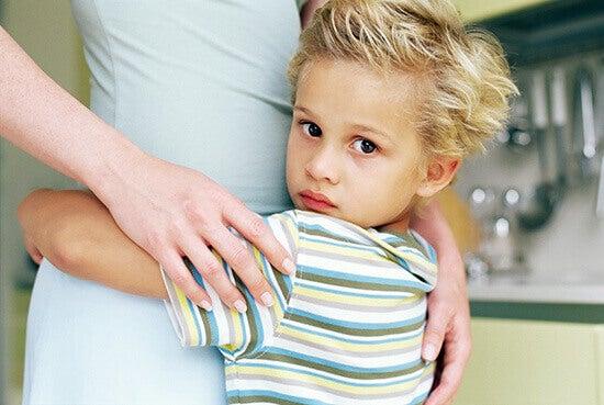 Menino abraçando sua mãe
