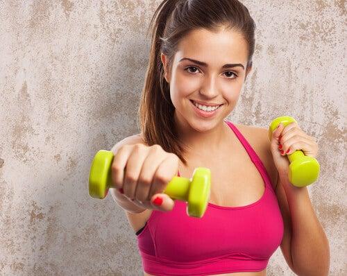 Mulher fazendo exercícios para adelgaçar os braços