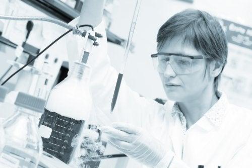 Cientista estudando células mãe