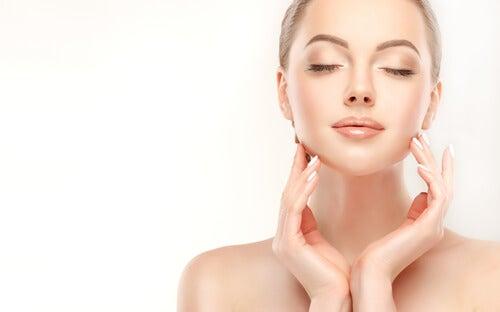 Mulher com um belo rosto por causa do aumento do colágeno