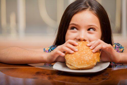 Menina com síndrome da alimentação seletiva se alimentando de forma errada