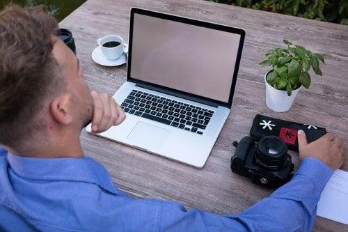 Homem trabalhando diante de notebook