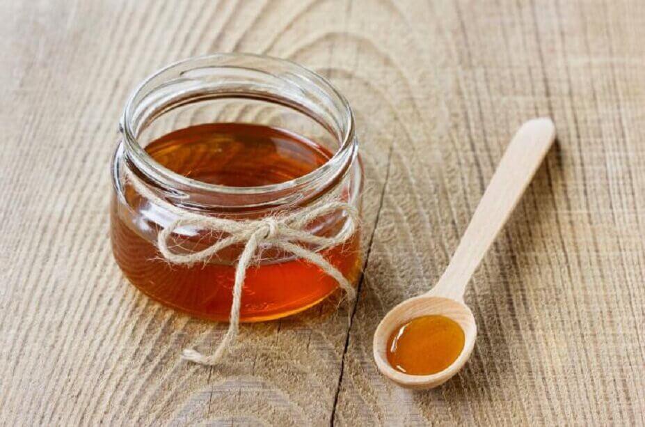 Pote e colher com mel