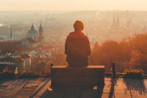 Pessoa observando paisagem