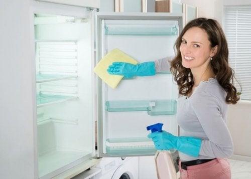 Mulher limpando geladeira