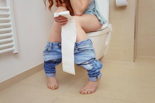 Mulher indo ao banheiro por causa da gastroenterite