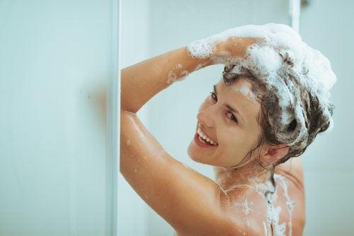 Uma mãe ocupada tomando banho