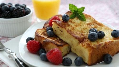 Café da manhã com torradas e frutas