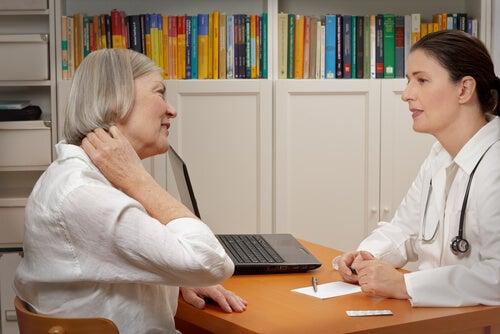 Mulher consultando médico sobre sua fibromialgia