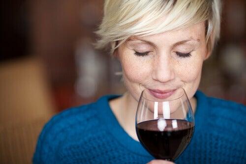 Mulher cheirando vinho