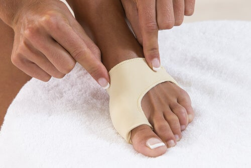 Uso de elásticos para tratar joanetes nos pés