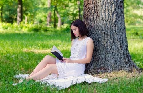 Mulher sozinha lendo um livro