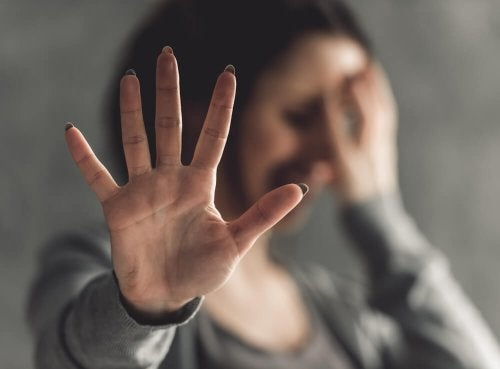 Mulher dizend não ao abuso sexual e à violação