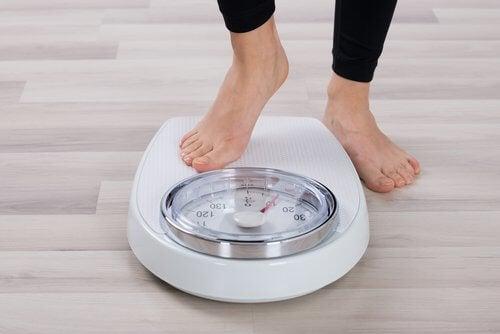 Consumir alimentos saudáveis ajuda a controlar o peso