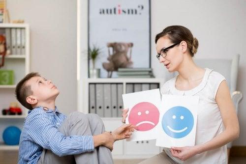 Menino com síndrome de Asperger com psicóloga