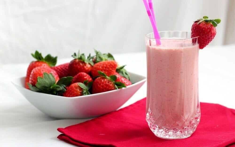 Vitamina de morango, laranja e iogurte