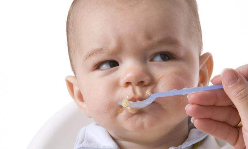 Bebê comendo papinha