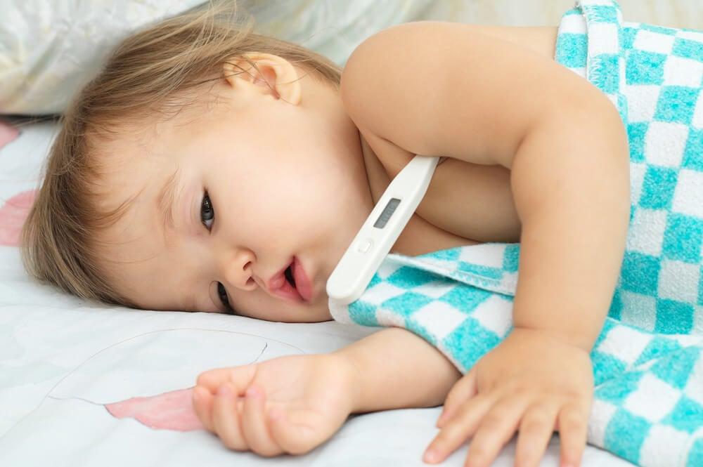 Bebê doente na cama